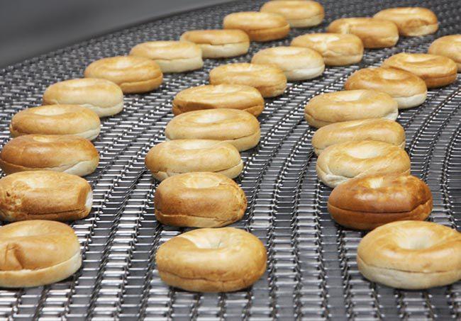 Lưới băng tải inox trong dây truyền sản xuất bánh