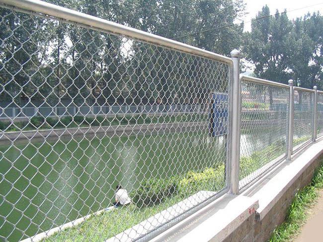 Lưới mắt cáo làm hàng rào